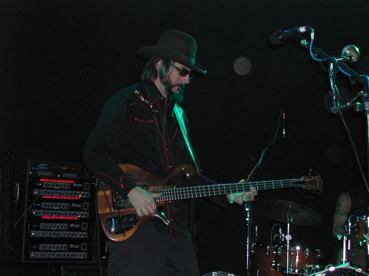 Les_Claypool_at_Toad's_Place,_New_Haven,_CT_17_Oct_2005